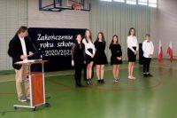 12._Nauczyciel_muzyki_nagradza_uczniów_klas_ósmych_którzy_śpiewali_w_chórze_szkolnym_