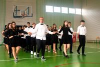 15._Uczniowie_idą_czwórkami_podczas_tańczenia_poloneza