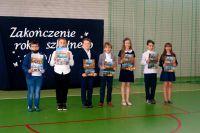 21._Uczniowie_klas_1-3_prezentują_otrzymane_nagrody_książkowe