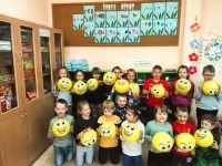 Przedszkolaki_z_grupy_0a_z_kolorowymi_balonikami