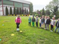 Slalom_z_piłką_w_wykonaniu_przedszkolaków