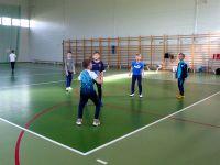 Uczniowie_klasy_trzeciej_grają_w_koszykówkę