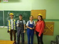 klasa_8b_w_przebraniach_przedstawicieli_zawodów_branzy_budowlanej