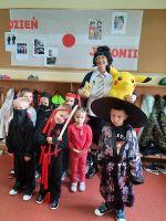 Grupa_najmłodszych_samurajów_japończyków_z_p.Kamilą_przebraną_za_japońsą_uczennicę