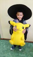 Szymon_przebrany_za_Japończyka_w_kimonoi_kapeluszu_trzyma_też_Pikachu