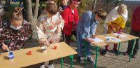 Uczniowie_klas_ósmych_malują_znak_kanji_i_przenoszą_przedmioty_pałeczkami